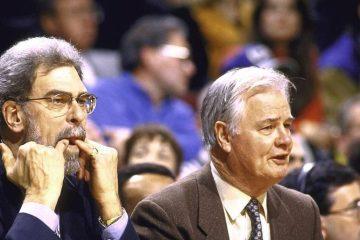 Tex Winter, aux côtés de Phil Jackson, lors d'un match des Bulls.