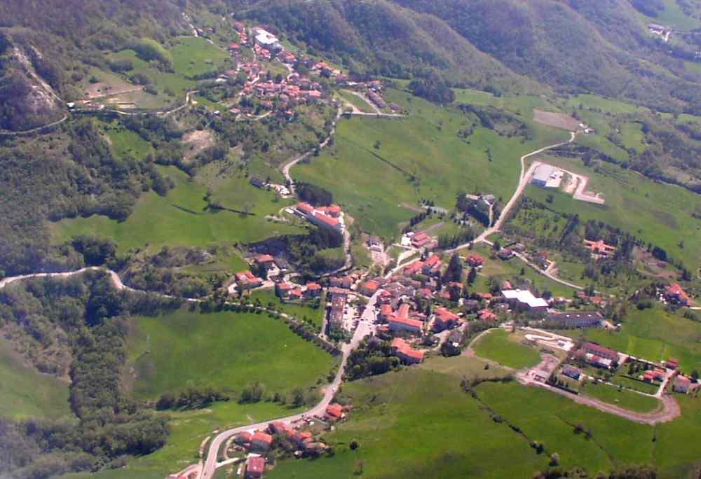 foto aerea di  Lagrimone dal sito www.parmaitaly.com