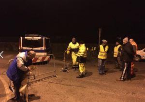 I volontari chiudono l'accesso al ponte sul Enza a Sorbolo