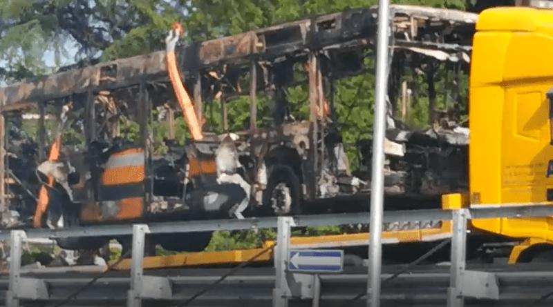 Autobus in fiamme a Ricco' di Fornovo.