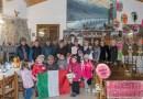 Ai bambini Materna Riccò nella giornata dei loro diritti gagliardetto e tricolore degli Alpini