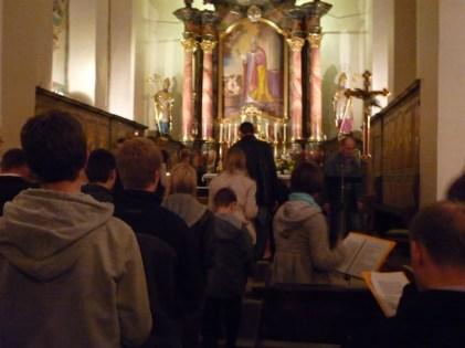 L'assemblée invitée à déposer des lumignons devant l'autel