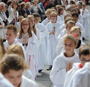 millénaire cathédrale avec les servants d'autel