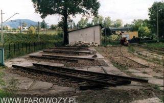Puste cokoły-bezpośrednio przed postawieniem na nich parowozów. 25.VIII. 2000. Fot.: Miłosz Mazurek.
