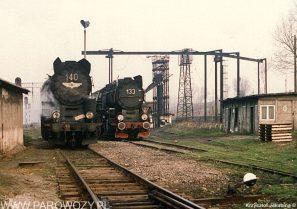 Ty51-140 i Ty51-133 stoja przed parowozownia Pyskowice Kotlarnia około 1990-1991roku. Fot.: Krzysztof Jakubina ze zbiorów Jacka Chiżyńskiego
