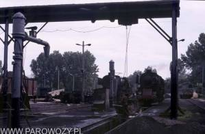 Lokomotywownia Chabówka: żurawie wodne i suwnica, w tle parowozy Ty2. 12.VII.1987. Fot. Roelof Hamoen.