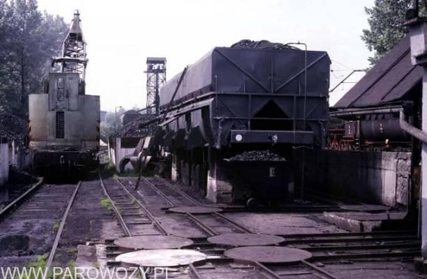 Lokomotywownia Chabówka: zasieki węglowe i żuraw (dźwig) kolejowy, który pracuje w Skansenie do dzisiaj. 12.VII.1987. Fot. Roelof Hamoen.