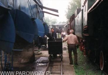 W tym czasie na zapleczu węgiel jest wysypywany do wózka...