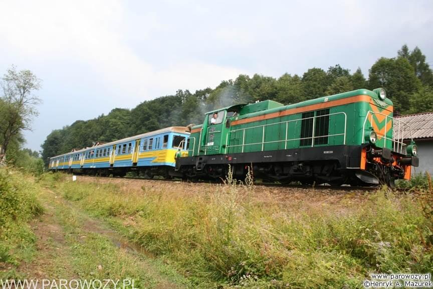 Ewenement na niezelektryfikowanej linii SM42 z EN57, Rabka-Zdrój. Parowozjada'2006-przejazdy z Rabki Zarytego do Chabówki. Fot.: Henryk Mazurek.