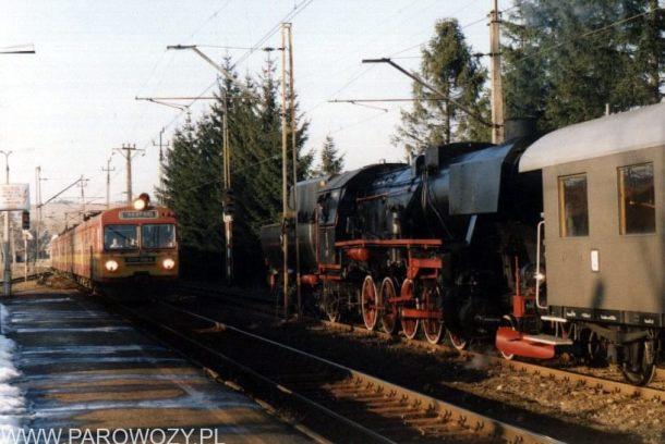 Ty2-953 i ED72-008 z pociągiem pospiesznym. Fot.: Miłosz Mazurek