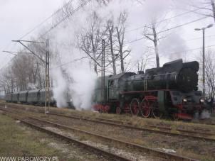 Ol49-100 z pociągiem Mikołajkowym 6.12.2004. Fot.: Tomasz Żakowski.