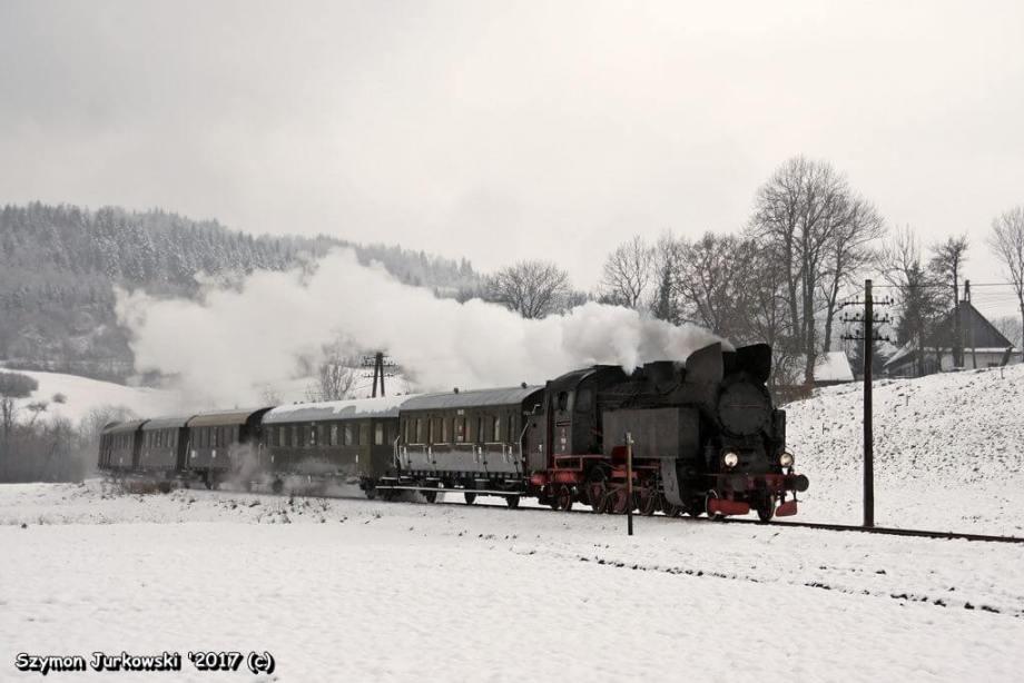 TKt48-191 i zimowy pociąg retro
