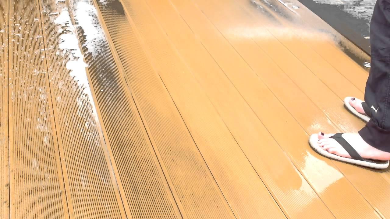Limpiar tarima exterior sintética