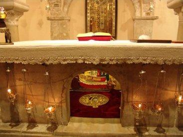 Tumba actual de San Nicolás, bajo el Altar de la cripta de la Basílica Pontificia de San Nicolás en Bari (Italia).