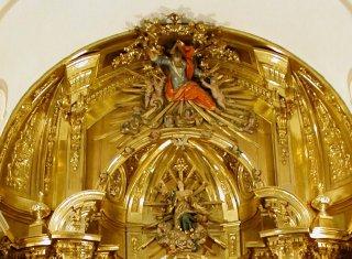 Detalle de la parte superior del grandioso Retablo Mayor de nuestra iglesia parroquial de San Nicolás de Murcia, donde se puede contemplar la Asunción de la Virgen María, siendo acogida por Dios Padre en el cielo.