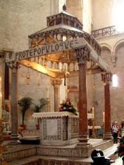 Altar Mayor de la Basílica Pontificia de San Nicolás en la ciudad de Bari (Italia).