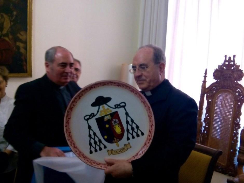 Plato de cerámica con escudo episcopal