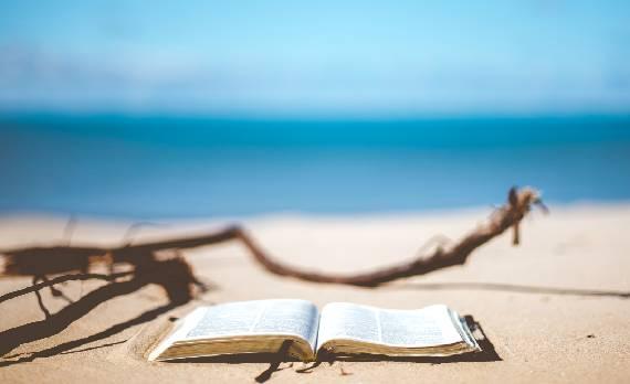 La Biblia en la playa