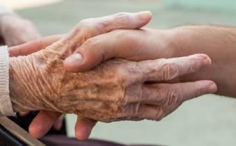 Una mano amiga estrecha la mano de una persona mayor