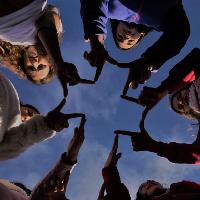 Grupo de jóvenes hacen la señal de la cruz
