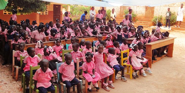 Une classe habillée de rose à Haïti