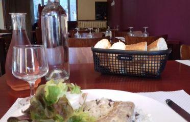 Une corbeille à pain sur une table au restaurant LE CARPE DIEM à Merlevenez