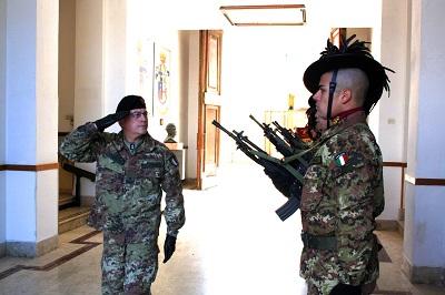 Il picchetto armato rende gli onori al Generale Pellegrino