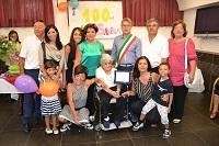 La centenaria Saveria Lo Monaco con i familiari