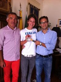 Da sinistra: il Dr. Paolo Pace, Lorena Gulotta con la medaglia d'argento e il Vice-Sindaco Campagna
