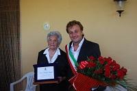 Il Sindaco Felice Errante consegna una targa ricordo alla centenaria Giuseppa Maggio