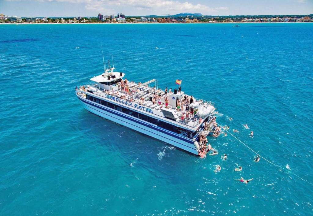 Die Boots Party auf dem Mittelmeer in Mallorca von oben.