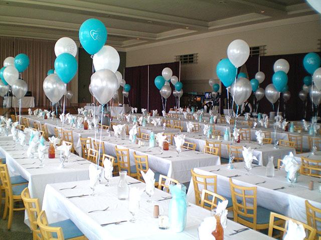 ballonnentros op tafel met wit, groene ballonnen