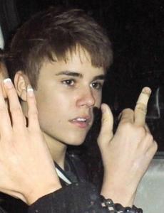 Justin Bieber haciendo una peineta