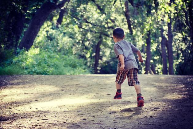 une course vers l'avenir pour dépasser ses figures paternelles