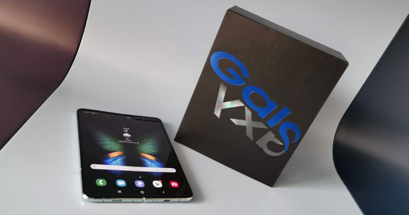 Emballage du téléphone pliant Galaxy Fold de Samsung avec Buds gratuits