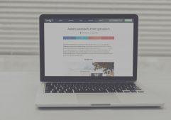 """MacBook mit Bildausschnitt eines Beitrages auf homify.de der Paschinger Architekten mit dem Titel """"Außen puristisch, innen gemütlich"""""""