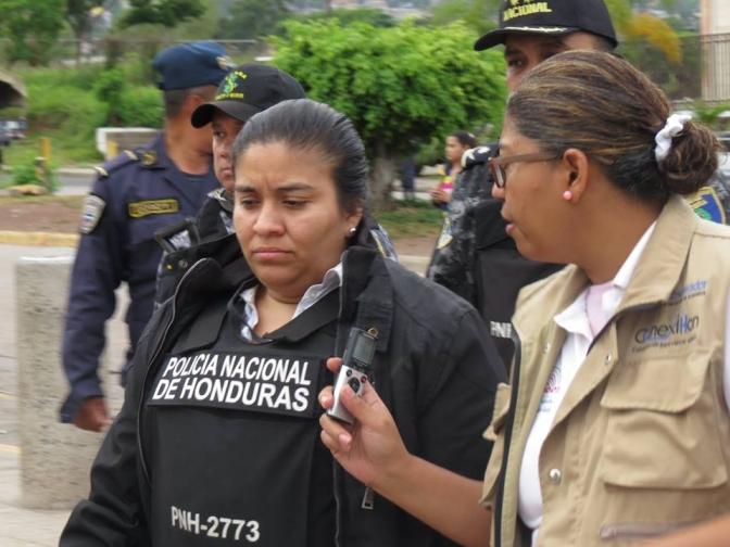 Vestida con un chaleco de la Policía Nacional Jueza ejecuta desalojo contra estudiantes de la UNAH