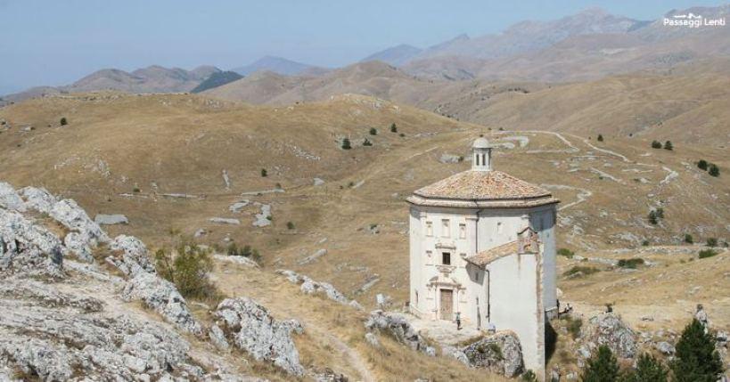Panorama da Rocca Calascio, visibile il sentiero per raggiungere S. Stefano di Sessanio
