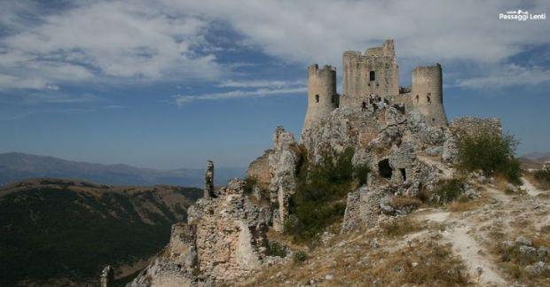 Rocca Calascio, a sinistra si intravvede la Piana di Navelli