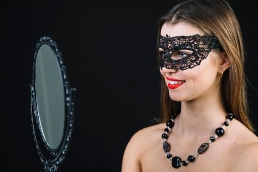 sorrindo topless mulher em mascara carnaval olhar em espelho mao 23 2148040618 - O DUELO DE IDENTIDADE DE MACHADO DE ASSIS
