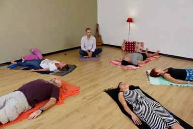 séance de relaxation dynamique pratique de la sophrologie en groupe