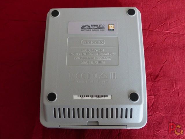 Mini SNES dessous de la console