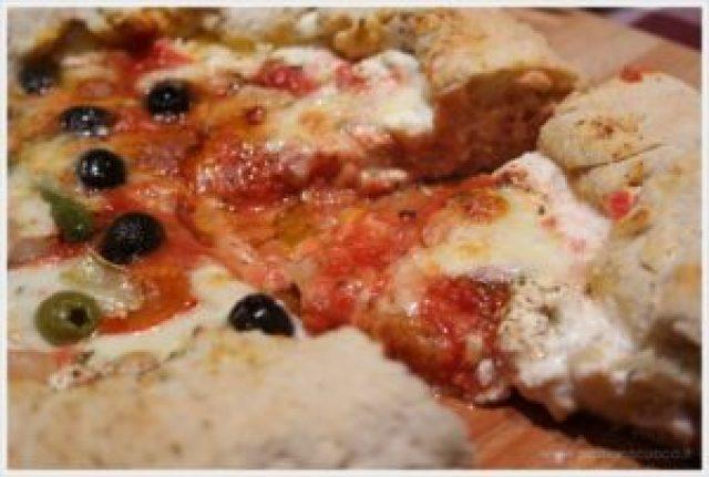 ricetta pizza con bordo ripieno di ricotta