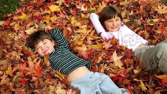 foto_bambini_foglie_autunno