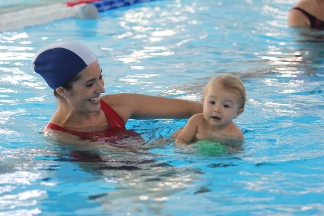 neonato e mamma in acqua