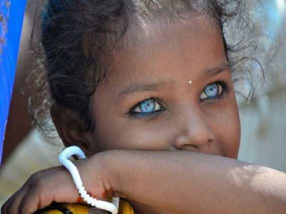 bambino indaco con occhi azzurri penetranti