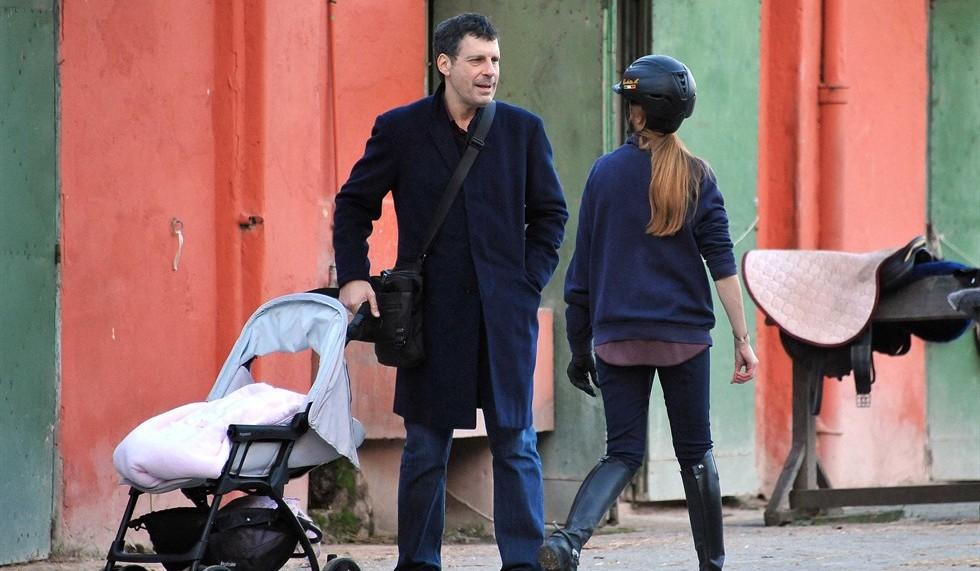 Fabrizio Frizzi 'papà sitter' mentre Carlotta Mantovan fa equitazione