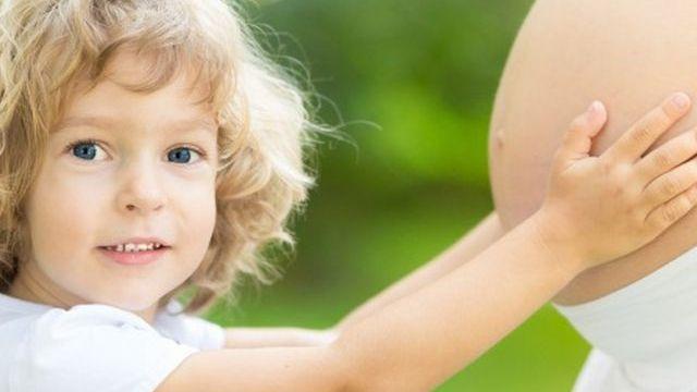 foto_bambino_abbraccia_pancia_mamma