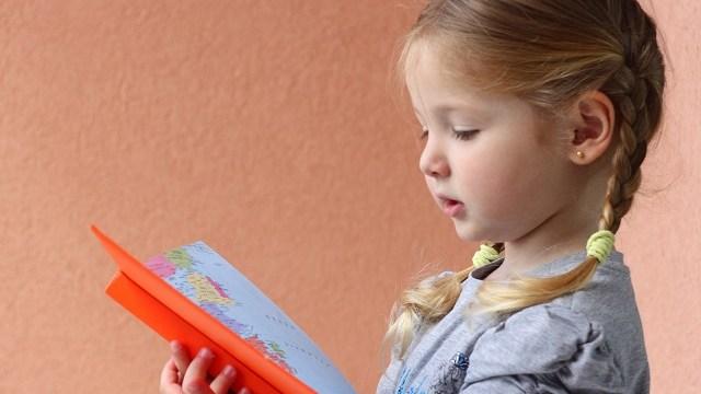 foto_bambina che legge
