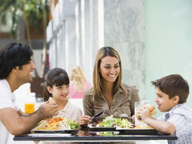 famiglia_a_pranzo_fuori2